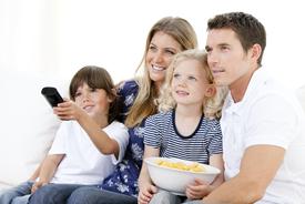 Junge und Frau am TV schauen