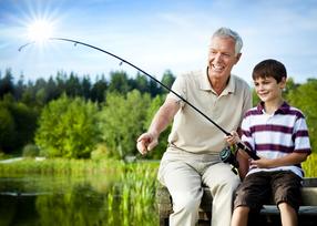 Mann mit Sohn am Fischen
